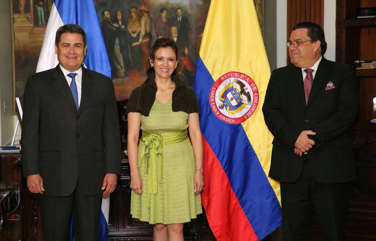 Embajadora De Colombia En Honduras Present Cartas Credenciales Ante El Presidente Juan Orlando