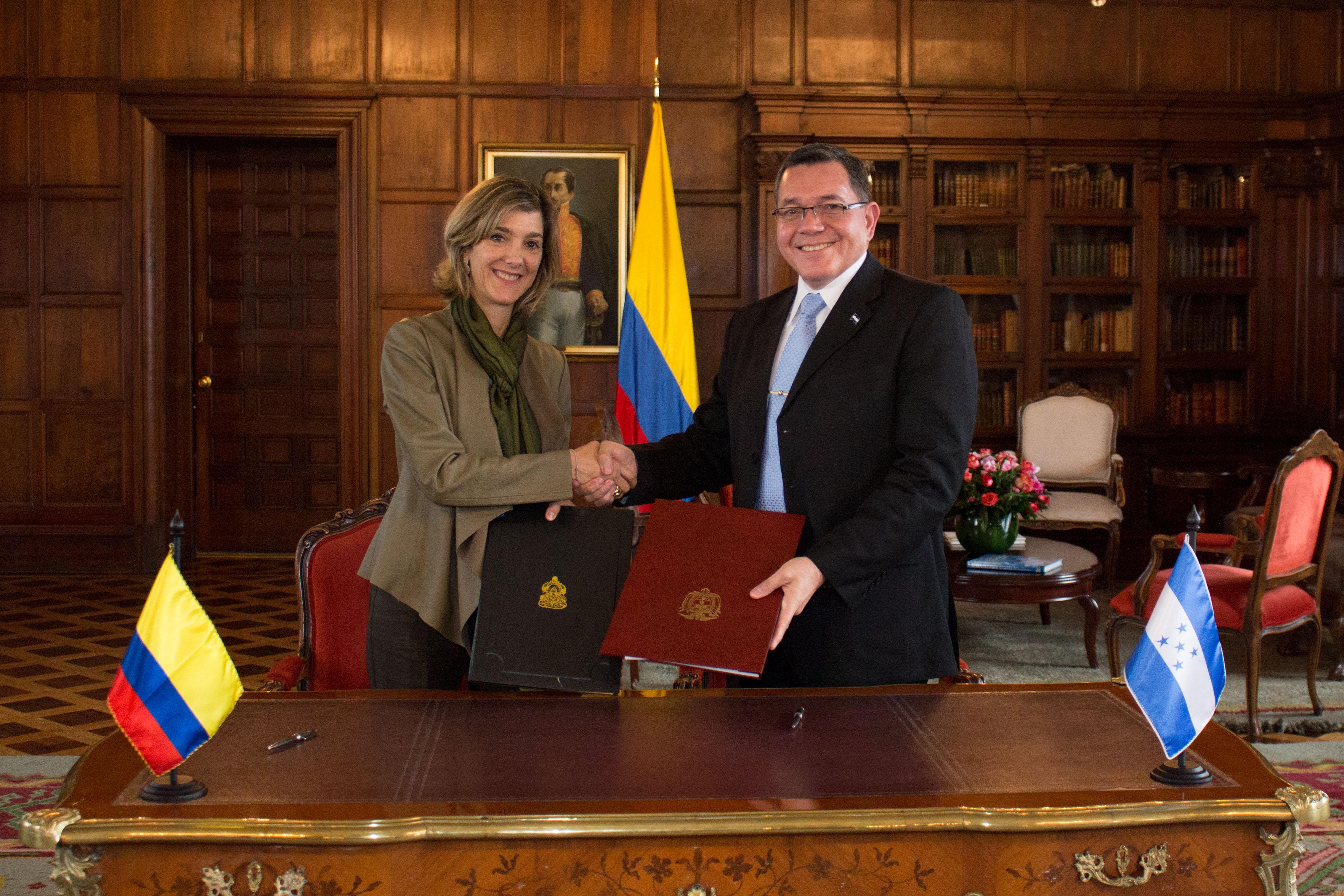 La viceministra de relaciones exteriores patti londo o y el subsecretario de estado para for Relaciones exteriores honduras