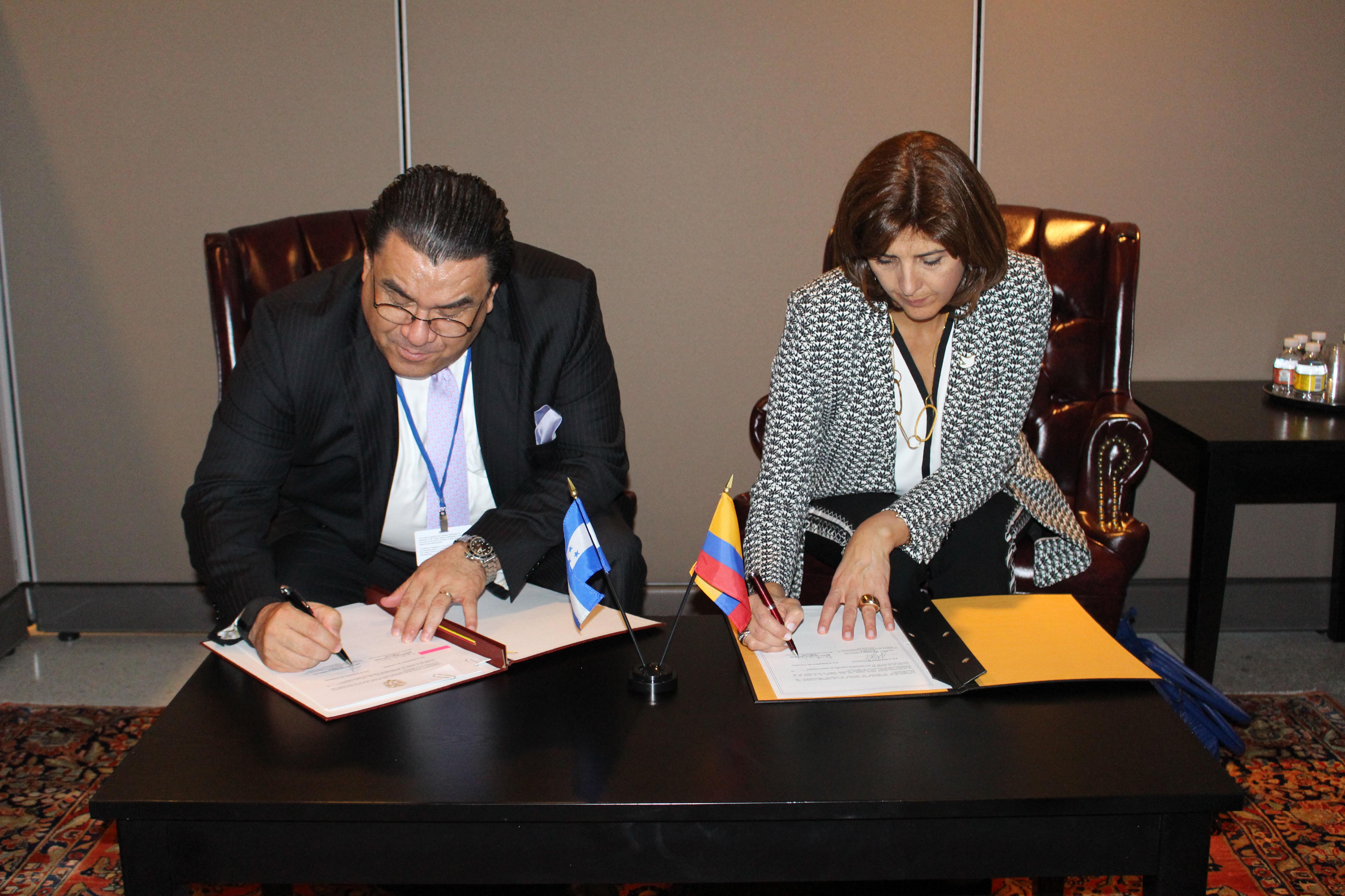 Cancilleres de colombia y honduras suscribieron un memorando de entendimiento para la creaci n for Relaciones exteriores honduras