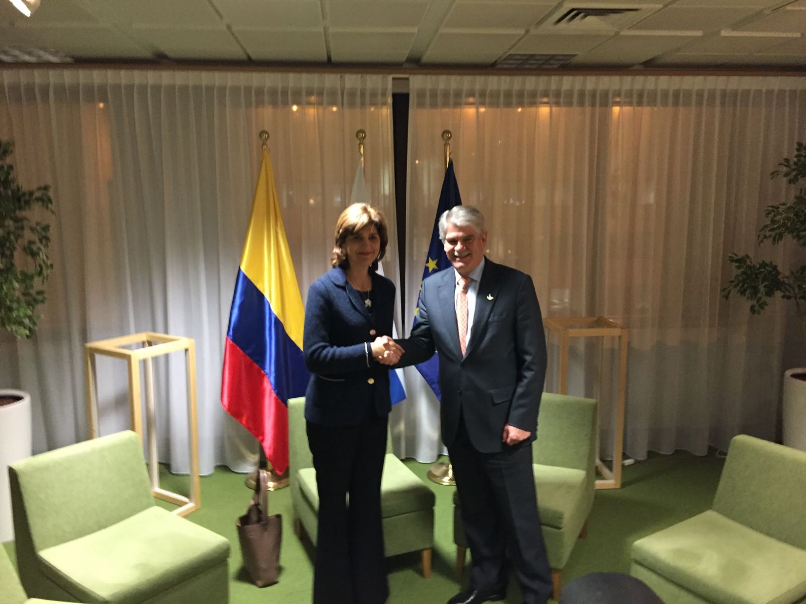 Ministros de relaciones exteriores de colombia y espa a se for Ministros de espana