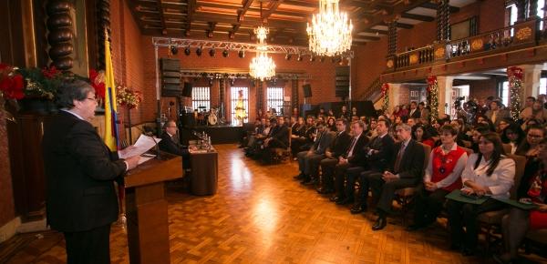 En compañía del Procurador General, Fernando Carrillo Flórez, el Canciller Carlos Holmes Trujillo presentó la resolución sobre comités mediadores