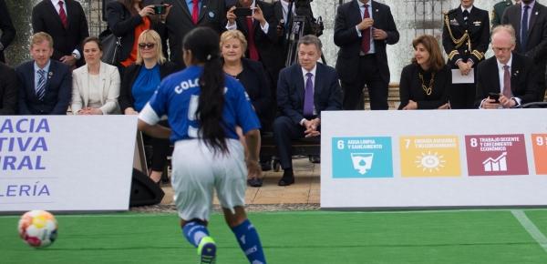 Primera Ministra de Noruega se reunió con 10 niños beneficiarios de Diplomacia Deportiva para promover los Objetivos de Desarrollo Sostenible a través del deporte