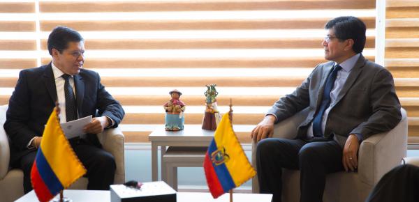 Embajador Manuel Enríquez Rosero presentó copia de cartas credenciales ante el Canciller de Ecuador, José Valencia Amores