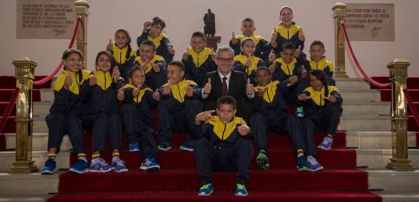 Jóvenes de El Orejón y Pueblo Nuevo que viajan a Alemania en un intercambio deportivo hicieron escala en el Palacio de San Carlos