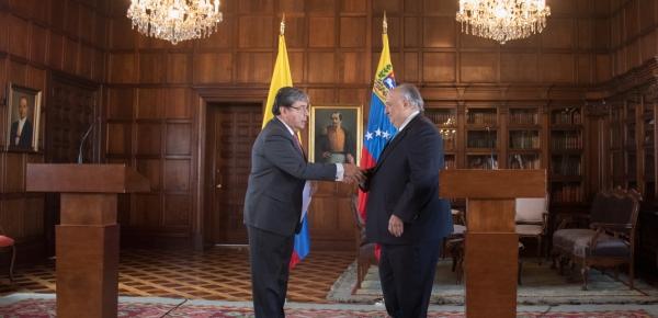 """""""Para mí es muy grato, en nombre del Presidente Iván Duque, recibir de manos del Embajador Humberto Calderón Berti, las copias de cartas credenciales que lo acreditan como Embajador de Venezuela en Colombia"""": Canciller Trujillo"""