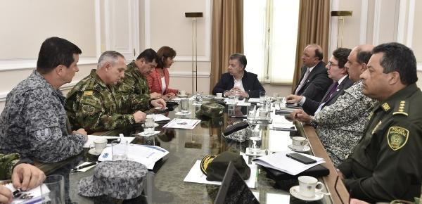 Presidente Santos lidera reunión con la Canciller Holguín, el Ministro de Defensa y la Cúpula Militar y de Policía, en la que se revisa la situación de frontera de Colombia y Venezuela