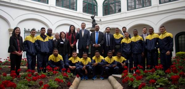 Viceministro de Asuntos Multilaterales despidió a beisbolistas de San Antero (Córdoba) que viajan a intercambio deportivo en Chicago
