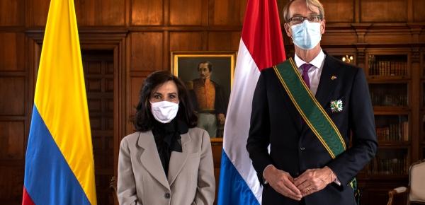 La Canciller Claudia Blum condecoró con la Orden de San Carlos al Embajador del Reino de los Países Bajos en Colombia