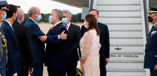 Venimos a fortalecer comercio, firmar seis convenios y buscar compromisos de inversión por más de USD 2.000 millones, dijo el Presidente al llegar a España