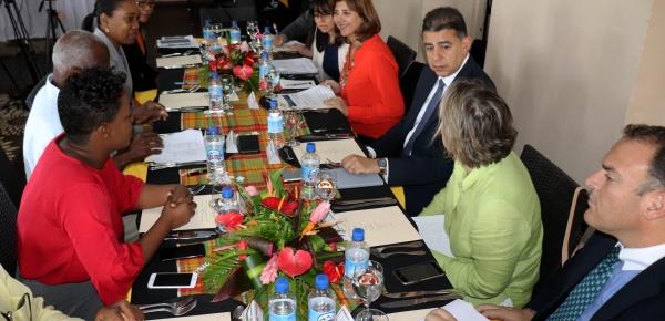 Ministras de Relaciones Exteriores de Colombia, María Ángela Holguín, y de Dominica, Francine Baron, presiden la reunión ampliada donde se revisan los principales temas de la agenda bilateral