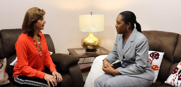 Las Ministras de Relaciones Exteriores de Colombia, María Ángela Holguín, y de Dominica, Francine Baron, sostuvieron reunión bilateral