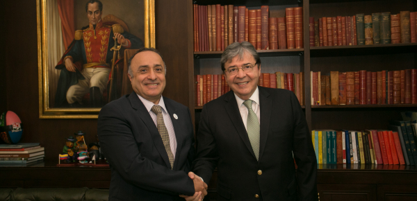 Con un apretón de manos, Canciller Trujillo se despidió del Embajador saliente de Emiratos Árabes Unidos en Colombia