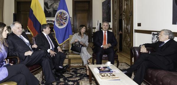 En el marco de su visita oficial de trabajo a los Estados Unidos, Presidente Iván Duque y Canciller Carlos Holmes Trujillo se reunieron con Luis Almagro en Washington