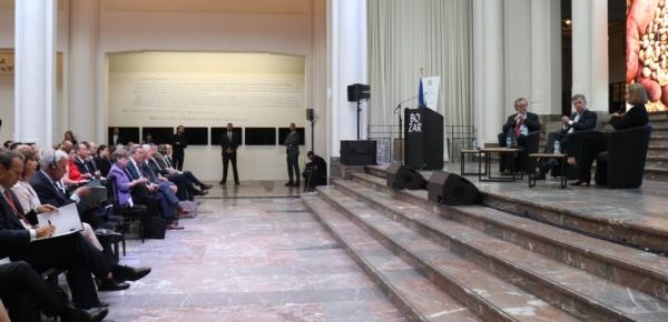 """""""Es la palabra del Estado colombiano, es la palabra de la comunidad internacional, que acompaña al proceso (de paz)"""": Presidente Santos en Bruselas"""