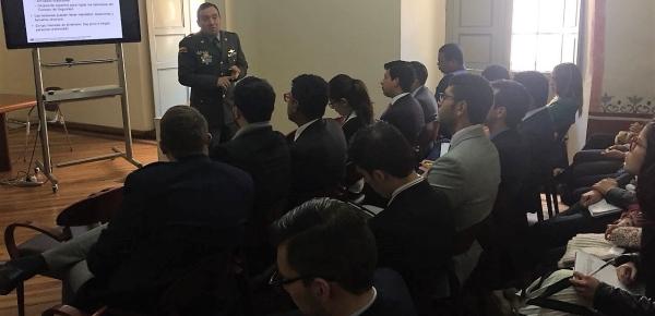 Oficial de la Policía Nacional compartió su experticia con estudiantes del Curso de Capacitación Diplomática y Consular
