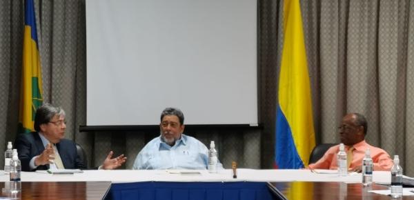 Comercio y turismo, temas abordados por el Canciller Carlos Holmes Trujillo, el Primer Ministro de San Vicente y las Granadinas y el Ministro de Relaciones Exteriores y Comercio