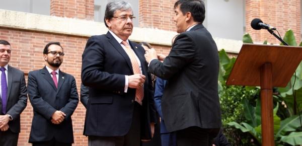 Asociación Diplomática de Colombia le otorgó la insignia de Embajador de Carrera Diplomática y Consular al Canciller Holmes Trujillo