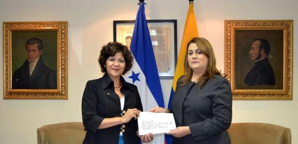 Embajadora de Colombia en Honduras, Marina Rivera Rojas, entregó copias de estilo a la Secretaria de Estado de Relaciones Exteriores y Cooperación Internacional de la República de Honduras