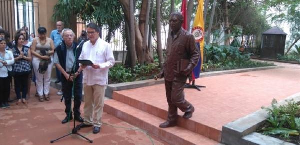 El Embajador de Colombia en Cuba entregó escultura de Gabriel García Márquez a La Habana