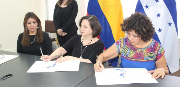 Embajadora Luz Marina Rivera firmó acta de entrega de ayuda para atender emergencia sanitaria por el dengue