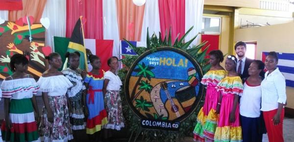 La Embajada de Colombia en Jamaica se unió a la celebración del Día del Español en la escuela secundaria 'Dinthill Technical High School'