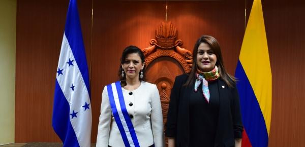 El Gobierno de Honduras condecoró a la Embajadora de Colombia, Martha I. Alarcón López