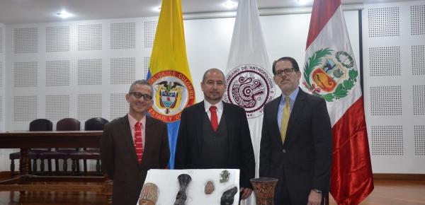 De izquierda a derecha: Luis Armando Soto Boutin, Director de Asuntos Culturales del Ministerio de Relaciones; Ernesto Montenegro Pérez, Director del ICANH e Ignacio Higueras Hare, Embajador del Perú en Colombia.