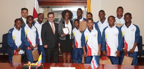 Epsy Campell, Vicepresidenta de Costa Rica, sostuvo encuentro con jóvenes surfistas colombianos