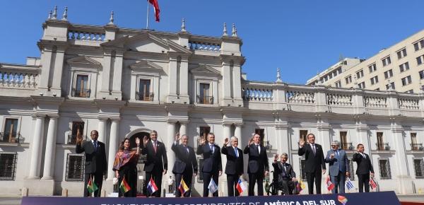 El mandatario colombiano, Iván Duque, hace parte de la foto oficial del Encuentro de Presidentes de América del Sur 2019 en Santiago de Chile