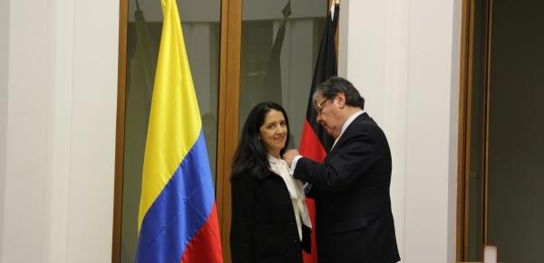 Canciller Carlos Holmes Trujillo impuso la Orden Nacional al Mérito a la científica colombiana Sandra Rojas Vega
