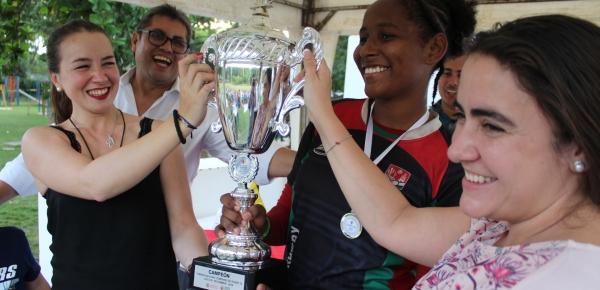 Directora de Asuntos Culturales entregó trofeo a capitana de selección de La Guajira, equipo ganador del II Torneo Nacional Femenino de Rugby 7S 2018