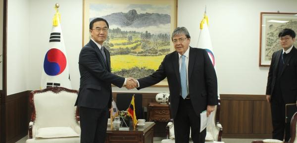 Canciller Carlos Holmes Trujillo abordó temas de cooperación técnica con el Ministro de Unificación de Corea