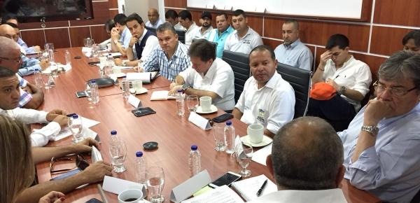 Canciller Carlos Holmes Trujillo se reunió con comerciantes de La Guajira para analizar el efecto de la crisis migratoria de venezolanos