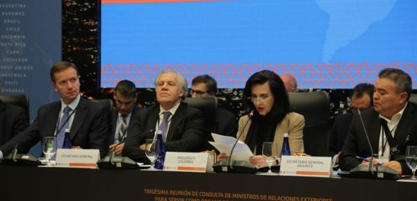"""""""Tenemos la oportunidad de hacer frente a una situación que claramente plantea una amenaza a la estabilidad de la región"""": Canciller Claudia Blum"""