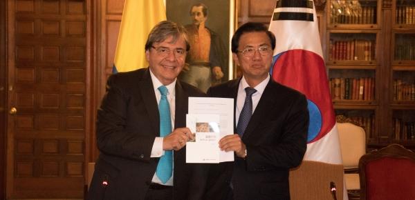 """Canciller Carlos Holmes Trujillo destacó el libro 'Guía de negocios en Colombia', presentado por la Embajada de Corea, como """"la puerta de entrada para la comunidad coreana en nuestro país"""""""