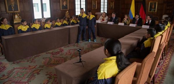 A ritmo de trova, jóvenes de El Orejón y Pueblo Nuevo agradecieron a la Canciller María Ángela Holguín por vincularlos a las iniciativas del Ministerio