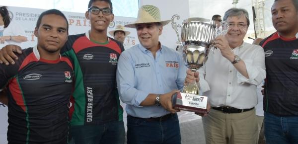 Presidente Duque y Canciller Trujillo hicieron entrega simbólica de trofeo que ganaron jóvenes de La Guajira en campeonato de rugby en el exterior