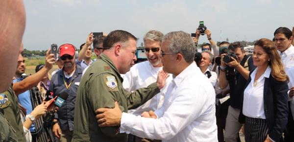 Presidente Iván Duque saludó a la tripulación del avión estadounidense que llegó a Cúcuta con más ayuda humanitaria para Venezuela